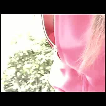 茶髪ヤンキー娘の主張しすぎ乳首を盗撮!